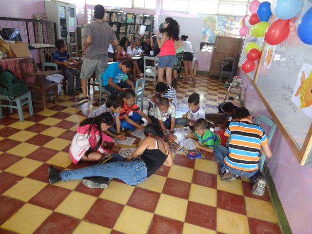 Fortalecimiento educativo con los niños de escuela primaria.