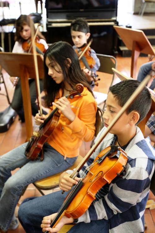 Grupo de violinistas.  EBM San José.