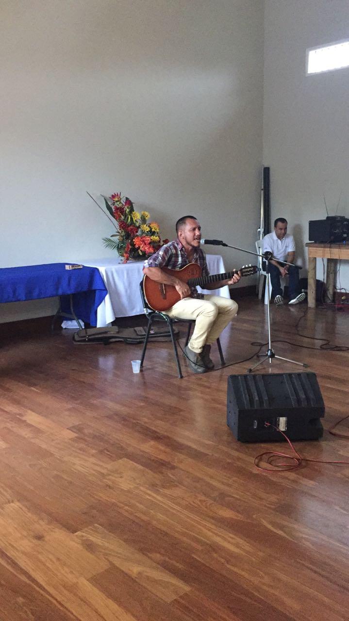 En las actividades culturales también participó el cantautor Olman Briceño.