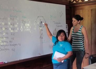 Estudiantes de la Universidad de Costa Rica apoyan a colegiales de territorios indígenas, con el objetivo de que mejoren las posibilidad de ingreso a la Educación Superior. Foto: Denis Castro.