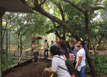 La bióloga Esther Pomareda explica a las y los estudiantes la historia de cada uno de los animales que actualmente están en el Centro de Rescate. Foto: Maripaz Castro Murillo.