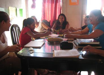 El TCU abordó la reconstrucción de la historia del proyecto de vivienda de la Asociación Madres Maestras en el Cacao, Alajuela desarrollado por mujeres inmigrantes nicaragüenses con apoyo de diferentes organizaciones civiles. Foto: Laura Paniagua Arguedas.