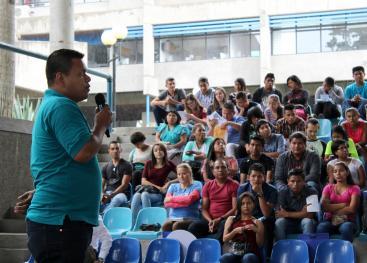 Jóvenes indígenas de 14 centros de enseñanza visitaron la Feria Vocacional en el campus Rodrigo Facio. Fotografìa Adriana Araya