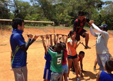 En su vínculo con la sociedad, la UCR respalda a organizaciones comunitarias para mejorar la calidad de los habitantes. En la foto se realiza una actividad recreativa en la comunidad indígena de Salitre, en la zona sur del país. Foto archivo VAS