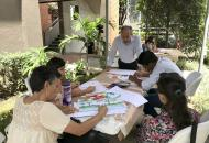 Taller que realizó el asesor de artes visulaes Luis Paulino Delgado con personas refugiadas.