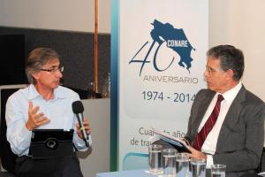 El Dr. Jorge Vargas Cullel estuvo a cargo de la conducción del evento y facilitó un formato de conversación más libre. Foto Comisión de Difusión.
