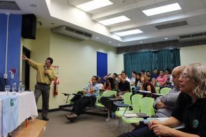El M.Sc. Guido Barrientos Matamoros, capacitador del Programa Estado de la Nación del CONARE explica a los y las estudiantes de la Sede de Guanacaste los principales resultados del XXI Informe del Estado de la Nación (foto Enrique López).