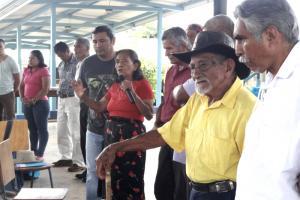 Los habitantes bröran plantearon a la delegación de la UCR algunos de los temas prioritarios para su comunidad. Foto Eduardo Muñoz