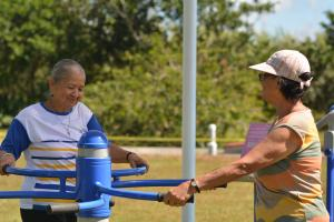 """Doña Claudia Coto Ortega (a la izquierda), participó de las actividades de """"Abuelitos y Abuelitas en la U"""", así como del día familiar. Fotografía por Michael Álvarez."""
