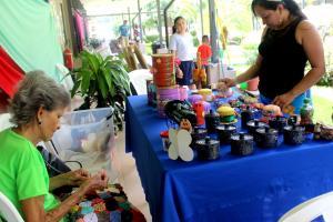 Exposición de productos reciclados a cargo de la La Asociación Centro Diurno de la Tercera Edad de Carrillo y productores locales. Fotografía: Ericka Leiva y Juliany Calderón.