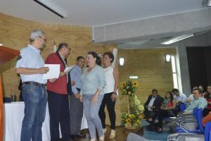 Integrantes de la Comisión Calificadora hicieron entrega de los certificados a las y los docentes cuyos proyectos resultaron seleccionados. Foto: Hilda Carvajal Miranda.