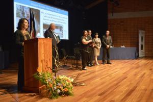 En representación del Dr. Shyam Nandwany, su esposa y otros familiares recibieron el premio en la categoría Persona Física. Foto: Hilda Carvajal Miranda.