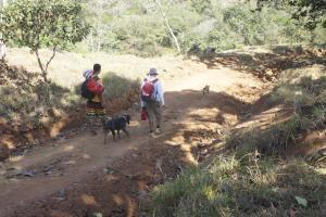 Jorge Mora y John Baltodano caminan a la recuperación desde la comunidad de Térraba hasta Finca San Andrés, por el trillo. Fotografía: Esteban Barquero Salazar.