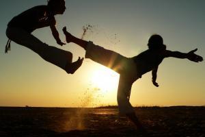 """La investigación """"El aikido y la capoeira como fuentes de inspiración para la dramaturgia del actor"""", de Vanessa Bruno, utiliza procedimientos extraídos de los principios y las técnicas de la capoeira para analizar diversas formas de transposición del cuerpo-cotidiano para el cuerpo-escénico."""