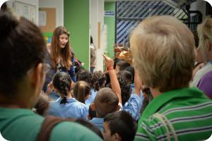 """Estudiantes de preescolar esperan entrar a la """"Fábrica de confites"""", como parte de las actividades del TCU Promoción de la enseñanza y la ciencia de Tecnología de Alimentos."""