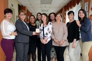 Un grupo de representantes del PIAM acudieron a la actividad de entrega del premio Calidad de Vida, entre ellas la coordinadora general M.Sc. Marisol Rapso Brenes, quien sostiene la estatuilla (foto Laura Rodríguez).
