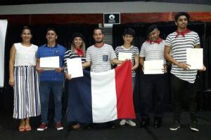 Rosberly López, José Villalobos y los estudiantes con sus certificados. Foto cortesía del ED-2884.
