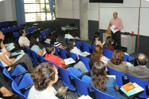 El Vicerrector de Acción Social expone que los fondos concursables promueven el nacimiento de nuevos proyectos. Fotografía: Marcelo Guzmán
