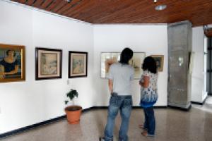 Las acuarelas se encuentran en el vestíbulo del primer piso del edificio de Rectoría. Foto: Denis Castro.