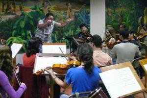 Ensayo Orquesta UCR, dirigido por Luis Diego Herra. Foto: Escuela de Artes Musicales.