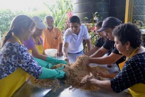Taller de creación de abono orgánico del Recinto de Guápiles. Fotografía por Mariana Arce.