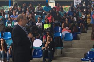 El rector de la Universidad de Costa Rica Dr. Henning Jensen Pennington dió la bienvenida a los más de 140 estudiantes colegiales de los territorios indígenas. Fotografía de: Lillianne Sánchez Angulo.