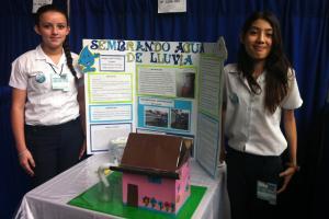 """Stacy Sancho y Ángela Lizano estudiantes de la Escuela Líder La Aurora con su proyecto """"Aprovechamiento de lluvia"""". Foto tomada por Catalina Trejos"""