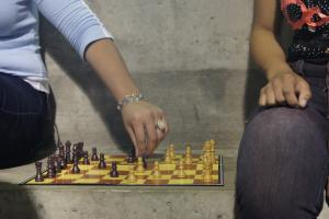 Jóvenes disfrutando de juegos de mesa. Fotografía cortesía del TCU 547.
