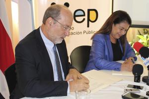 El rector, Dr. Henning Jensen, y la ministra de Educación, Sonia Marta Mora, al momento de firmar la carta de intenciones que da vida a la resolución VAS-8-2016, la cual solicita a los TCU un mayor apoyo a la educación secundaria. Foto: Pablo Mora.