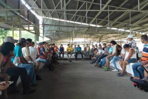 """Reunión en la empacadora de banano. Proyecto IE-54 """"Echando raíces juntos y juntas"""". Foto por: Beatriz Talavera Vargas."""