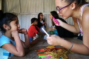 La acción social llega a comunidades con el fin de generar un cambio social.  La fotografía fue tomada durante uno de los talleres impartidos por estudiantes del TC-568 a inicios del 2017 a escolares de las Las Brisas, en el cantón cartaginés de La Unión  - foto Laura Paniagua.