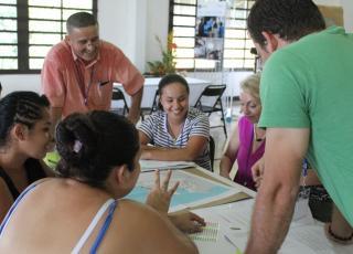 Con mesas de trabajo temáticas, el recinto de Golfito analizó cómo mejorar su vínculo con las organizaciones comunitarias de la zona sur. Foto Keiner Moraga Blanco.