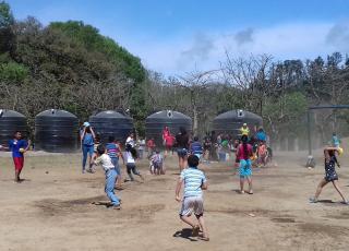 La actividad más esperada por las niñas y los niños fue la de globos con agua. Foto por Adam Esquivel Montoya.
