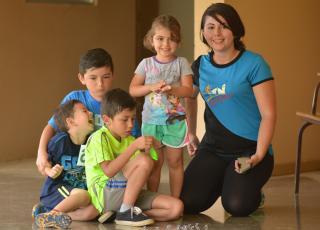 Mariela Calderón Hernández llegó a disfrutar del día familiar en compañía de su hija Emily, su hijo Ángel (de azul) y otros dos pequeños. Fotografía por Michael Álvarez.