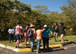 Para Diego Ramírez, estudiante de Turismo Ecológico, los recorridos guiados pretenden mostrar el contacto con la naturaleza como parte del Desarrollo Humano, así como crear conciencia de conservación y enseñar la diversidad biológica que posee el Recinto de Paraíso. Fotografía por Michael Álvarez.
