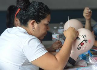 Un grupo de 20 mujeres seleccionadas por el INAMU participaron del Taller de Pintacaritas. Fotografía por Mariana Arce.