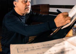 Marvin Camacho, recibió el Premio Nacional en Composición Aquileo Echeverría en el 2007.