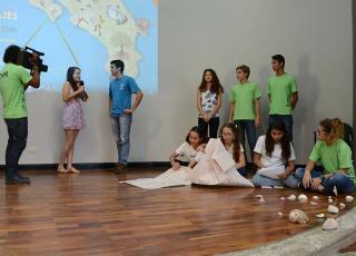 Los estudiantes de Cóbano interiorizaron la necesidad de conservar las playas y representaron su trabajo por medio de un noticiero de televisión (foto Laura Rodríguez).