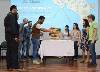 En el juego de Jenga se integraron estudiantes del Liceo de Puriscal, universitarios y funcionarios de la VAS. Cada pieza que salía del juego tenía un mensaje sobre gestión del riesgo (foto Laura Rodríguez).