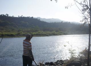 Uno de los recuperadores trabaja en recuperar los suelos a la orilla del Río Térraba y protege de los incendios forestales y cazadores.  Fotografía: Esteban Barquero Salazar.