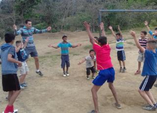 Actividades de calentamiento con los niños de LasBrisas. Foto por: Elba Mendoza.