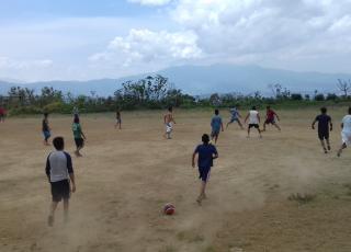 Partido de fútbol entre personas adultas y adolescentes de la comunidad Las Brisas. Foto por: Elba Mendoza.