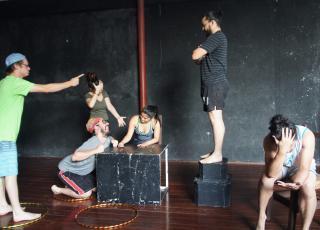 El grupo representa espontáneamente una imagen colectiva que capte alguna situación, como ejercicio de improvisación y conciencia espacial y corporal.  Foto cortesía IE-68.