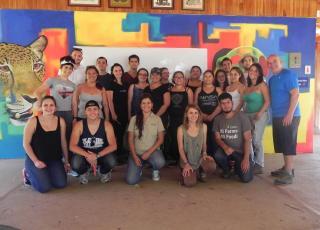Estudiantes del TCU que asistieron a la gira, acompañados de los funcionarios colaboradores del Laboratorio de Ensayos Biológicos, y la bióloga Esther Pomareda, del Centro de Rescate Las Pumas. Foto: William González.