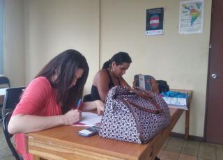 Aprender a utilizar la calculadora científica es otra de las actividades más importantes de las tutorías ya que son una herramienta esencial para el desarrollo de los problemas de matemática. En la foto, Kerlyn (rosado) y Tiffany (negro) se preparaban para hacer sus exámenes de bachillerato. Foto: Mauricio Morera.