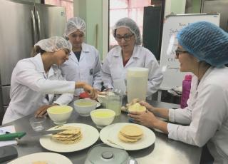 El rescate de comidas tradicionales es parte del trabajo de la ENu.  En la foto aparecen las estudiantes Carolina Villalta y Fabiola Sánchez conversando con las profesoras Adriana Murillo y Patricia Sedó.  Foto Eduardo Muñoz