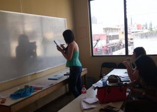 """La motivación es indispensable para mantenerse en el programa, por eso mientras Mauricio da las tutorías, las motiva con frases como """"No importa cuanto duren sacando el bachillerato, cada vez que hagan el examen están más cerca de lograrlo"""" y también """"En algún momento se graduarán y comenzará una nueva vida, mejor pagada, más valorada y con posibilidad de seguir estudiando"""". En la foto, Kerlyn, Aphril y Meghan, quién es la primer graduada de bachillerato en TRANSVIDA. Foto: Mauricio Morera."""