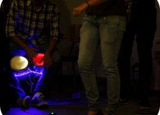 Bongoes que emiten luz cada vez que se percuten y un instrumento novedoso llamado LUMINT, son parte de sus innovadores instrumentos. Foto: Nayuribe Montero