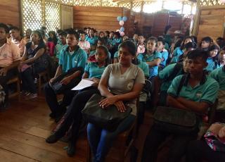 Jóvenes de las comunidades indígenas de Shiroles y Sepecue estuvieron en actividades con los profesores y funcionarios de la UCR. Fotografía Helga Arroyo.