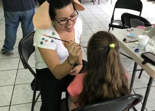 Las niñas y los niños disfrutaron de pintacaritas realizados por las y los estudiantes del TCU. Foto: Maripaz Castro Murillo.